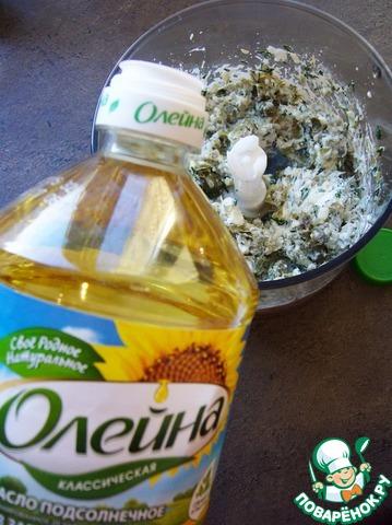 """Добавляем в каждую порцию масло """"Олейна"""". Затем ложкой смешиваем сырную массу с икрой."""