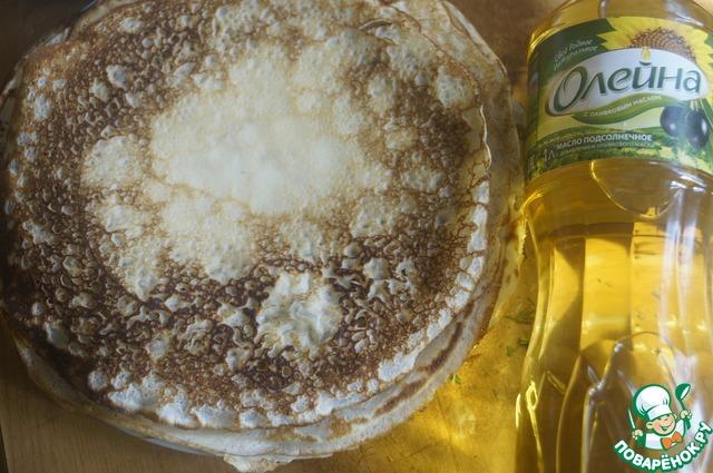 Для блинов: яйца взбить в пышную пену, добавить теплое молоко, соль и подсолнечное масло. Хорошо взбить. Всыпать небольшими порциями всю муку и снова взбить, чтобы не было комочков.   На хорошо разогретой сковороде, смазанной тонким слоем подсолнечного масла, выпечь тоненькие блинчики. Сложить стопкой.