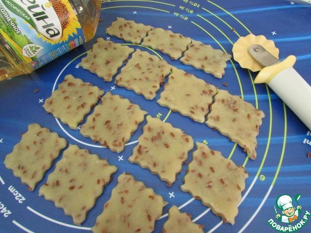 Тесто раскатать тонко и нарезать печенье любой формы.