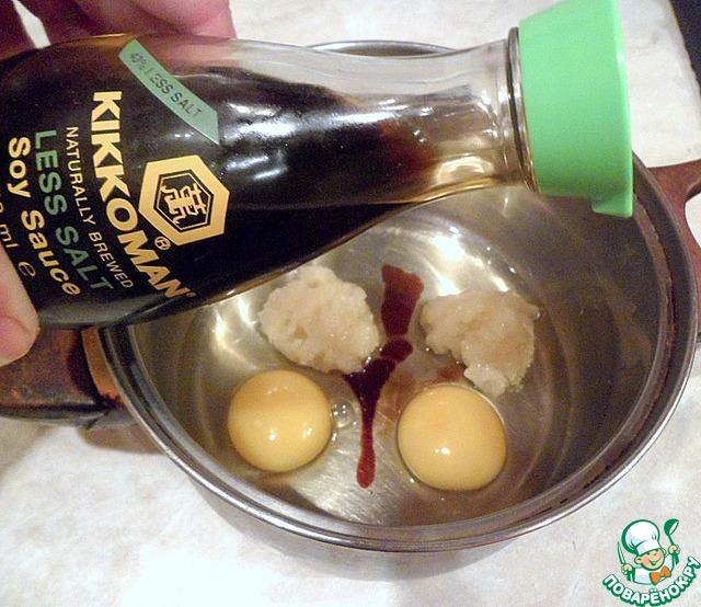"""Мед, яйца и соевый соус ТМ """"Киккоман"""" взбить в пену миксером."""