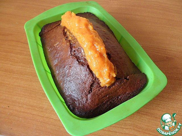 Сложить кекс в форму, середину заполнить морковным декором с горкой. Поставить в холодильник для стабилизации на 1 час.