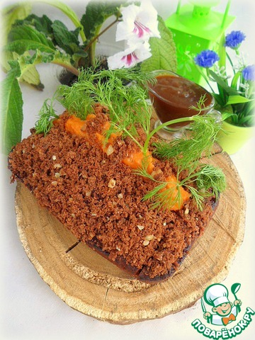 Посыпать измельченной бисквитной крошкой из середины кекса, украсить укропом, имитируя грядку моркови и подать к столу с соленой карамелью.
