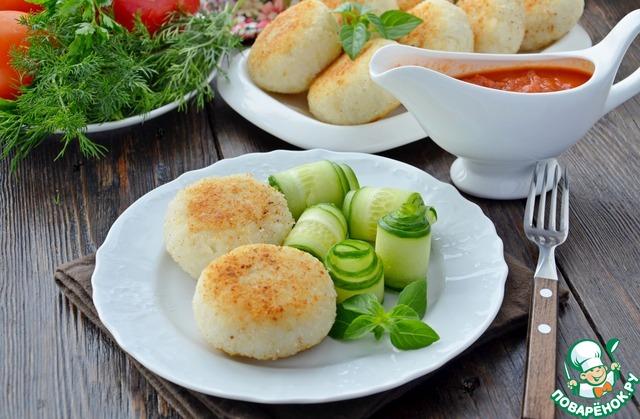 Подавать горячими с овощами и томатным соусом.