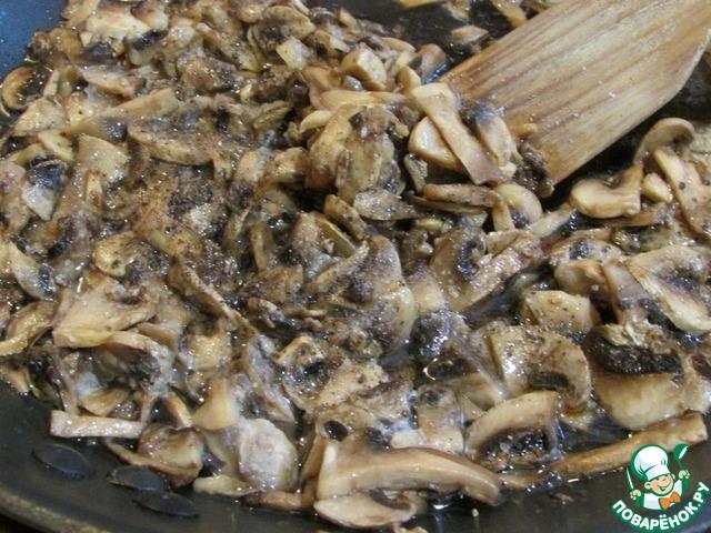Шампиньоны нарезать тонкими пластинами. Обжарить на растительном масле. Посолить, поперчить.