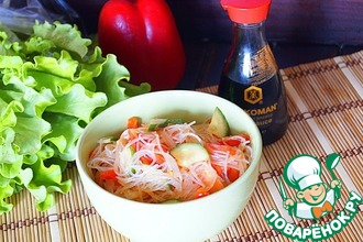 Теплый салат из фунчозы с овощами