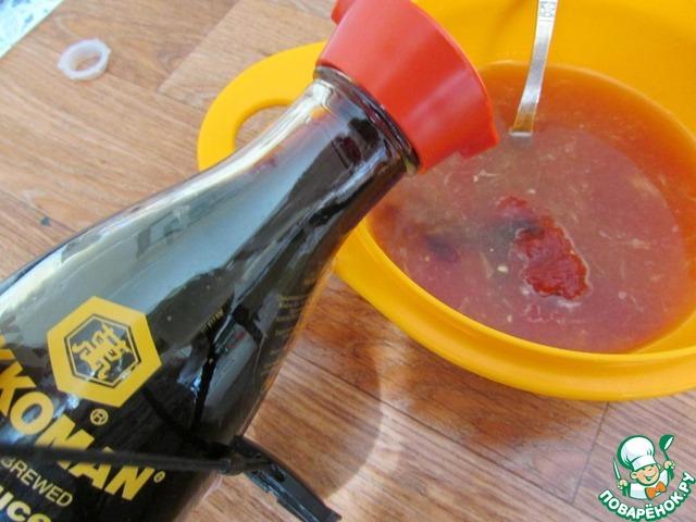 В отдельной миске соединить апельсиновый сок, томатную пасту, соевый соус Kikkoman, уксус, красное вино и коричневый сахар.