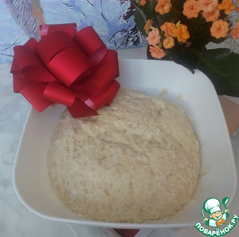 В глубокую миску просеять муку (250гр), добавить соль и сахар, затем подошедшую опару и молоко. Замесить тесто и оставить на 20 минут.