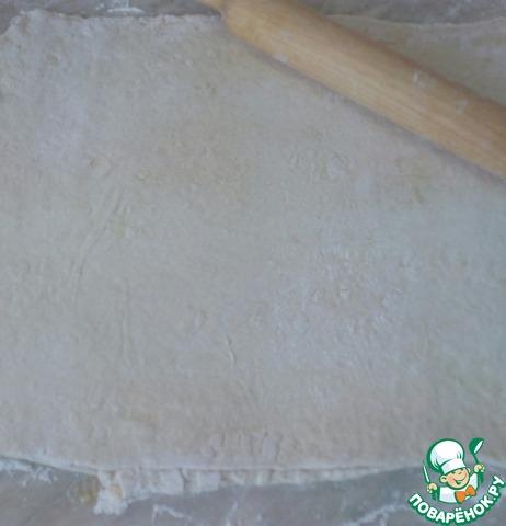 Снова раскатываем скалкой, смазать растопленным сливочным маслом.