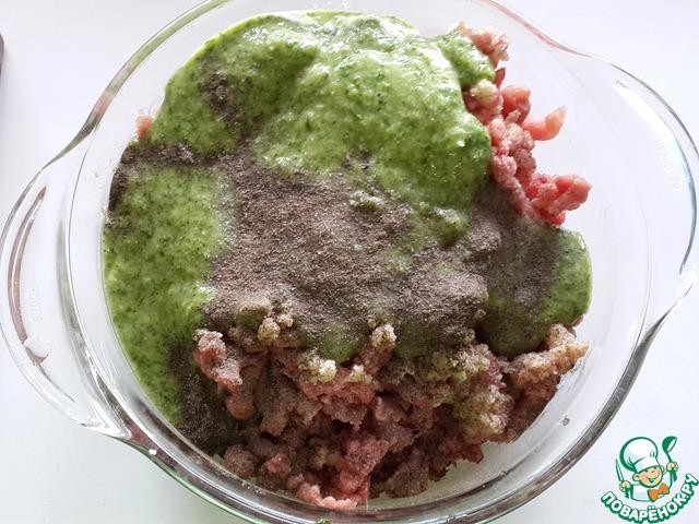 Добавьте эту массу к мясному фаршу, приправьте солью и перцем по вкусу. Хорошо вымешайте фарш и оставьте на 30 минут.