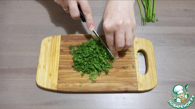 Измельчаем укроп. Измельчаем чеснок (можно мелко нарезать, можно использовать чесночницу или натереть на терке).
