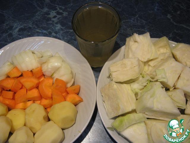 Овощи почистить, помыть. Морковь и лук нарезать кубиком. Капусту кусочками 4 на 4 см. Подготовить рассол.
