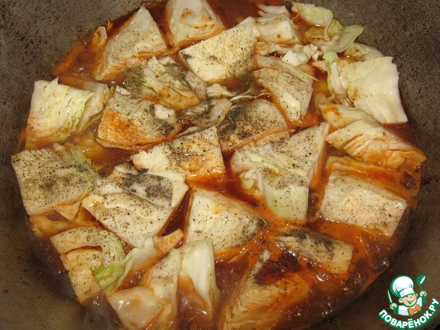 Выложить сверху капусту, кусочками, не рассоединяя её, залить рассолом и водой, чтоб почти покрыло. Капусту присолить, поперчить и тушить, накрыв крышкой минут 30-35.