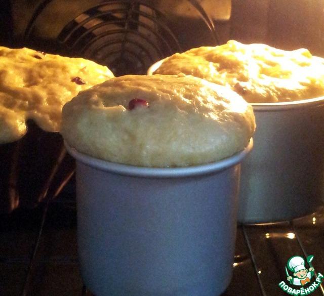 Положила тесто чуть меньше половины форм.   Поставила подниматься в духовку при t 60 градусов.    Через 10 минут заглянула в духовку. Ещё немного     и тесто убежало бы через края.