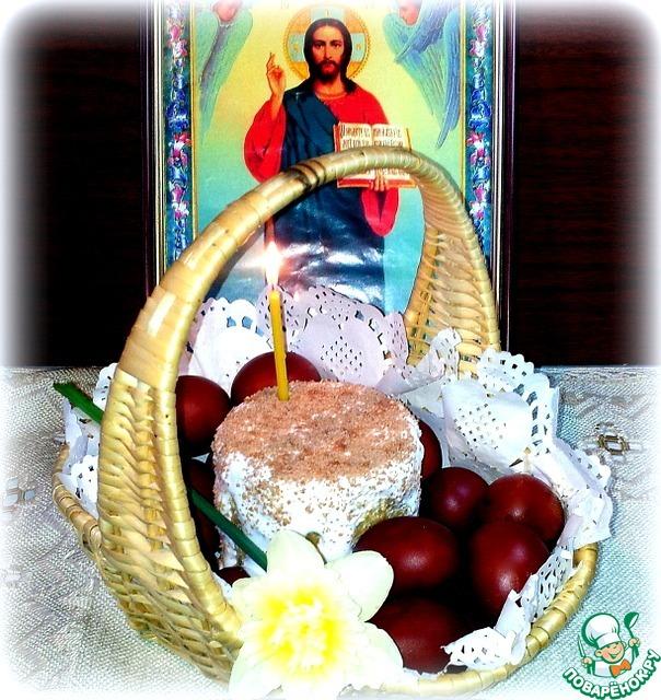 Самый маленький кулич приготовила отнести    в церковь. Верх сильно свесился по бокам,     поэтому я его перевернула вверх дном.     Покрыла глазурью и посыпала тёртым шоколадом.     Кулич положила в корзину, вокруг разложила     крашенные в луковой шелухе яйца. Удачно сварила     и покрасила. Яйца не потрескались и красивый    цвет равномерно, без пятен окрасил яйца.    Шелуху сначала кипятила, потом остудила.     На подушку из шелухи положила яйца и насыпала соль.     Варила 12 минут и сразу же яйца выложила в     холодную воду со льдом. Яйца хорошо чистились и белок     не был синим. В субботу с утра святили яйца и куличи     на территории церкви до 20.00 часов.     Оставался час, и я поспешила в церковь.