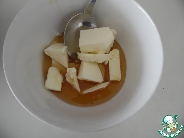 В отдельной кастрюле смешать мед, масло и соду. Поставить на водяную баню, на средний огонь, помешивать. Масса начнет пениться и увеличиваться в объеме.