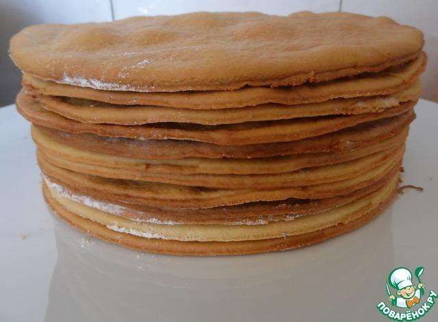 Готовые коржи складываю один на другой. Таким образом выпечь все последующие коржи.   Последний корж на обсыпку торта.    Совет: Пока готовится крем, остывшие коржи завернуть в бумагу или пленку.     Для крема берем 500 г сметаны 27% и 500г сметаны 15%, взбить с сахаром. На каждый корж я выкладывала по 2,5ст. л крема. Промазать коржи кремом, обмазать по бокам, обсыпать крошкой, и оставить часа на 2 при комнатной температуре, затем на ночь в холодильник.
