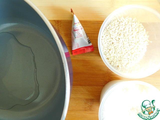 Приготовим козинаки: для этого в сотейник нальём 2 столовые ложки воды, добавим сахар.