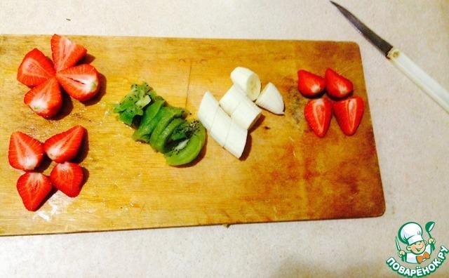 Режем киви кружочками, остальные фрукты произвольно (все равно в блендере потом измельчаться)