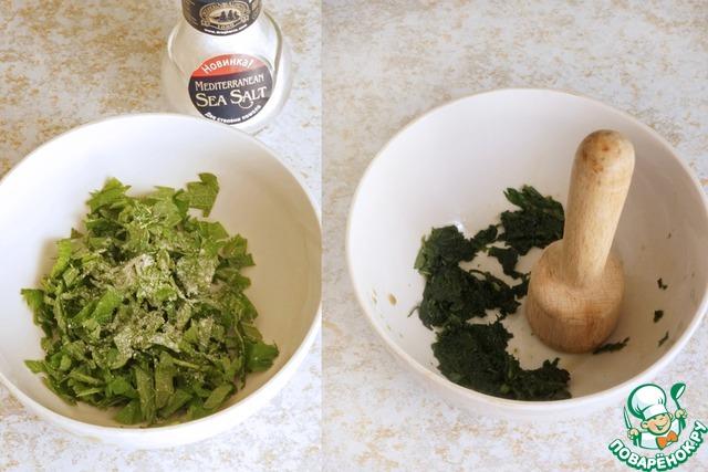 Крапиву моем, обрываем листочки, слегка попискивая от удовольствия, режем их мелко и посыпаем солью. Толчем очень тщательно, немного растирая. советую в таком виде добавлять крапиву в любые салаты, польза огромная и оригинальный вкус, после растирания она уже не жжется, можно кушать спокойно.
