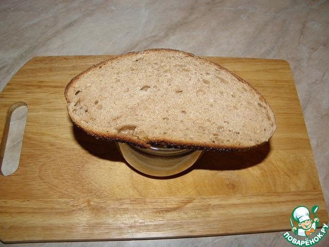 Накрываем банку куском ржаного хлеба, через 10-12 часов хлеб убираем, и перемешиваем еще раз. Храним в холодильнике. В оригинале рецепта больше нет добавок, горчица получается просто невозможно острой! Сладковатая на вкус, если хотите, можно добавить чуть соли, (или маслица, по желанию..), а может и такая сладенькая понравится. И еще очень важно, чтоб ржаной хлеб все ей отдал по назначению.