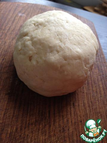 Влить ледяную воду (4-5ст. л.) и быстро скатать тесто в шар. Отправить на 20-30 минут в холодильник.