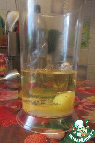 В чашу наливаем подсолнечное масло 200 мл,   добавляем сахара пол чайной ложки, соли чайную ложку,    разбиваем яйцо.