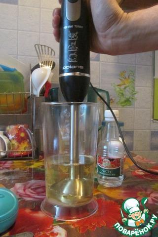 Блендер ставим на желток,    добавляем столовую ложку 9% уксуса и взбиваем до загустения.