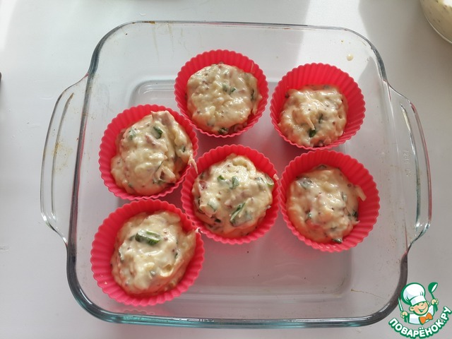 Разложите тесто по формочкам для кекса