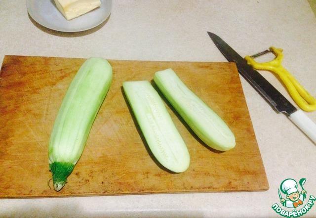 Чистим кабачки, разрезаем их вдоль. Желательно выбирать кабачки как можно шире, чтобы вместить побольше слоев начинки.