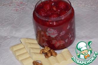 Клубничное варенье с шоколадом и орехами