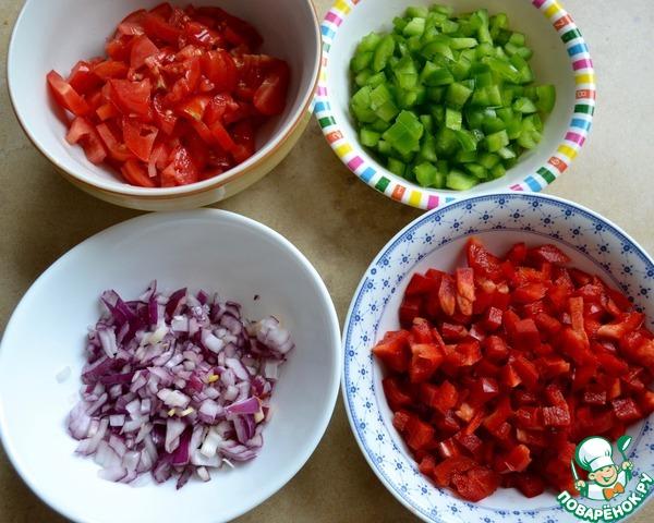 Затем, подготовить и нарезать как можно мельче все входящие в салат овощи; красный и зеленый сладкий перец, красный лук, помидоры.