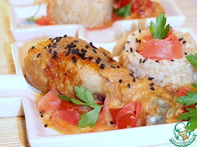 12. Приготовленную курочку с соусом выкладываем на сервировочное блюдо, посыпаем кунжутом и подаем с теплым рисом.    Рис можно украсить маринованным имбирем и зеленью.        Приятного аппетита!