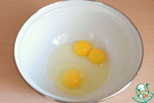 Добавить в миску яйцо (1 шт.) и два яичных желтка, добавить щепотку соли.