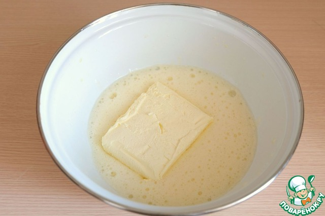 Добавить 180 гр. размягченного сливочного масла.