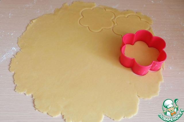 Тесто разделить на 2 части, каждую из частей раскатать в пласт толщиной 2-3 мм. Формочками для печенья вырезать заготовки для тарталеток.