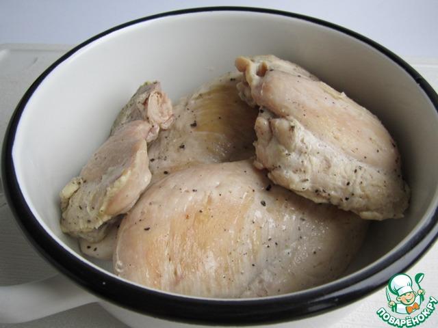 После окончания тушения выключаем огонь, а мясо оставляем под крышкой до полного остывания. Затем отправляем его в холодильник часов на восемь.        Это нужно для того, чтобы мясо созрело и уплотнилось.