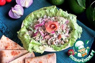 Салат с лососем, рисом и авокадо