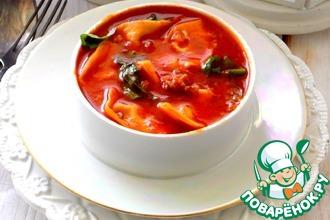 Итальянский томатный суп с тортеллини и шпинатом