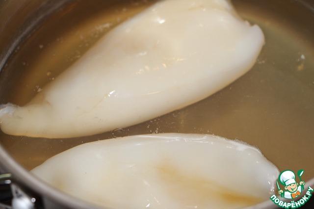 Тушки кальмаров почистить, сварить 2 минуты в кипящей подсоленной воде.