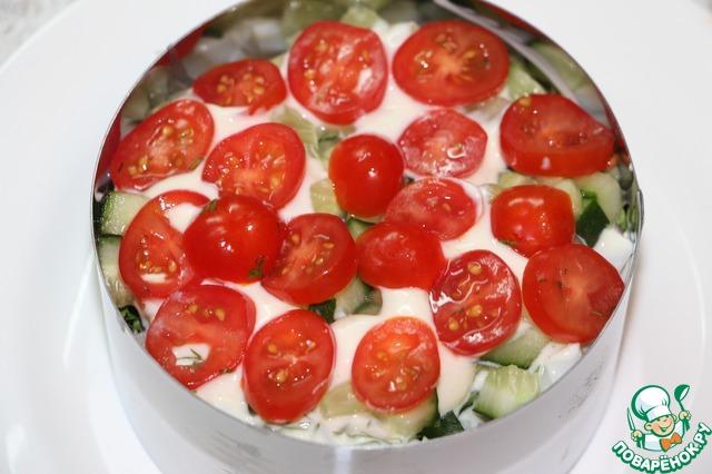 Далее в любой последовательности тертый белок, кубики кальмара, огуречные кубики и колечки помидоров, поливать заправкой можно не каждый слой.