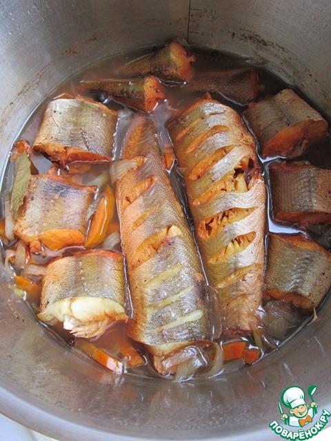 Наша рыба готова! Вот так она выглядит. Уже хороша! Но не будем торопится! Отправляем рыбу охлаждаться и настаиваться в холодное место на восемь часов.