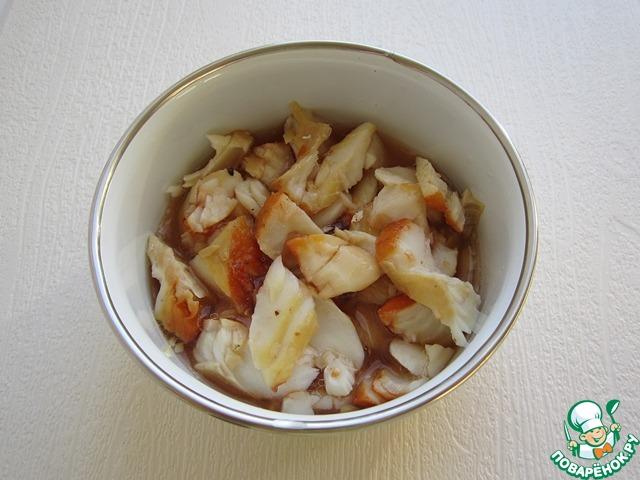 Залейте кусочки рыбы небольшим количеством рыбного бульона и оставьте их в таком виде на часок. В течение этого часа, бережно перемешайте ломтики рыбы один раз. Вкус у такой рыбы будет ещё более интенсивным.