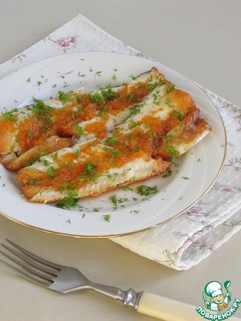 Если же вы захотите подать тушки рыбы гостям так, чтобы возится с рыбными косточками им не пришлось, то в таком случае, разделите руками рыбное филе на две части и уберите центральную косточку.       Затем, перенесите рыбное филе на порционные тарелки и полейте его сверху соусом, в котором тушилась рыба.         Соус я готовлю так: перетираю через сито пять-шесть столовых ложек овощей из бульона и разбавляю их рыбным бульоном до нужной мне консистенции. Ставлю соус на огонь, довожу его до кипения, добавляю в конце 1 ч. ложку сливочного масла, хорошенько перемешиваю и охлаждаю.