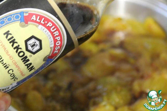 Выложить к чесноку сливы и груши, влить соевый соус, рисовый уксус, добавить все специи и, помешивая, варить на среднем огне минут 10.