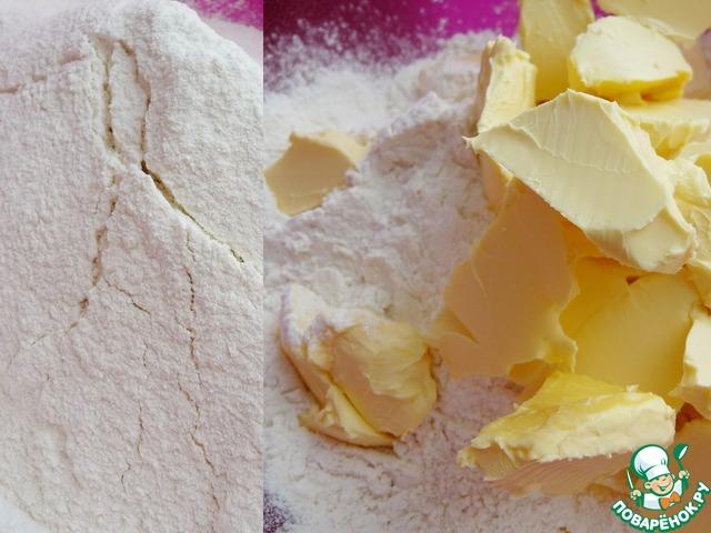 В миску просеять муку, накрошить холодный маргарин (у меня Rама).