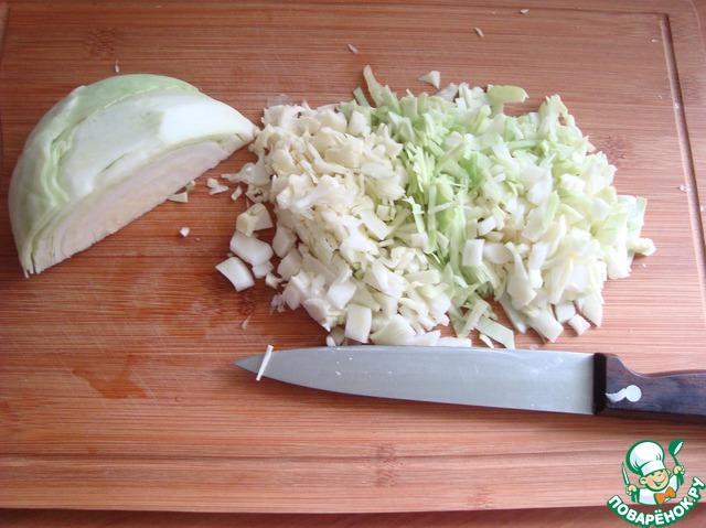 Капусту очень мелко режем.    Ставим варить на 15 минут в подсоленную воду по вкусу.