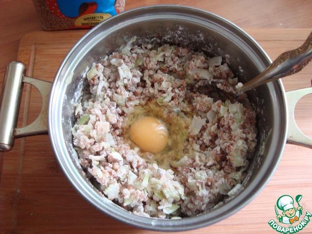 Соединяем гречку с капустой и мукой.    От 100 г муки оставляем 2 ст. л, чтобы обвалять сформированные котлеты. Разбиваем яйцо и всё хорошо соединяем. Пробуем на соль.     Я делала для себя диетические котлеты из половины гречки и жареные из другой половины.     Лук не добавляла к котлетам, а которые котлеты будут обжариваться, можно добавить мелко порезанный жаренный лук.     Будет вкусно. Я сегодня этого не сделала.