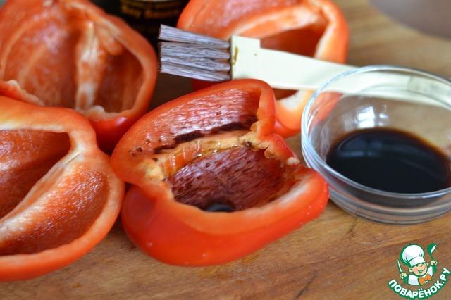 Перец почистить от семян и каждую половинку, внутри, хорошо смазать соусом..