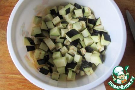 Баклажан нарезаем средними кубиками, присыпаем слегка солью и оставляем в сторонку, пусть отдохнут.