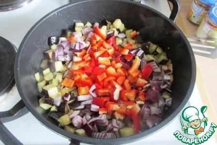 Выкладываем в сотейник лук, чеснок и перец, жарим ещё минут 7, помешивая время от времени.